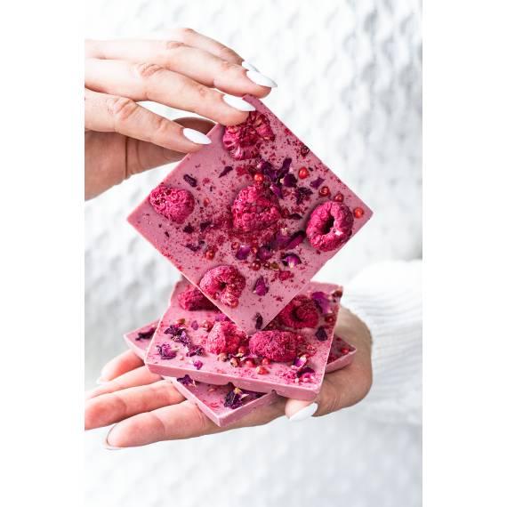 Miniczekolada rubinowa z płatkami róży, malinami i różowym pieprzem