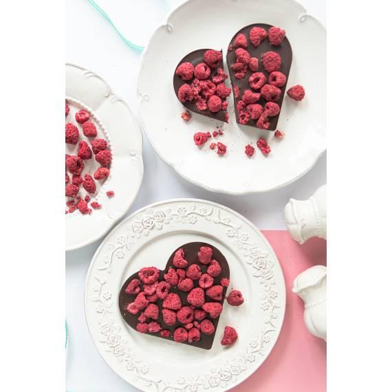 Serce z ciemnej czekolady z malinami
